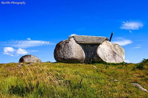 Дом камень.